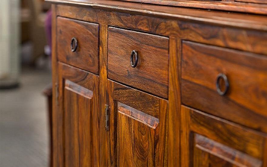drewniana brązowa szafka